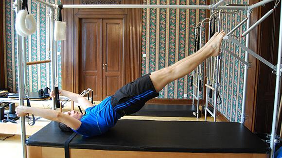 Cvičení na stroji Pilates cadillac