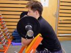 Bicepsový zdvih na Scottově lavici