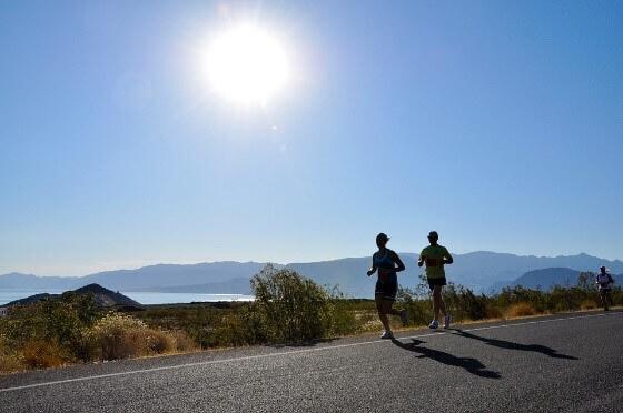 Dvojice, která běhá při jasném dni