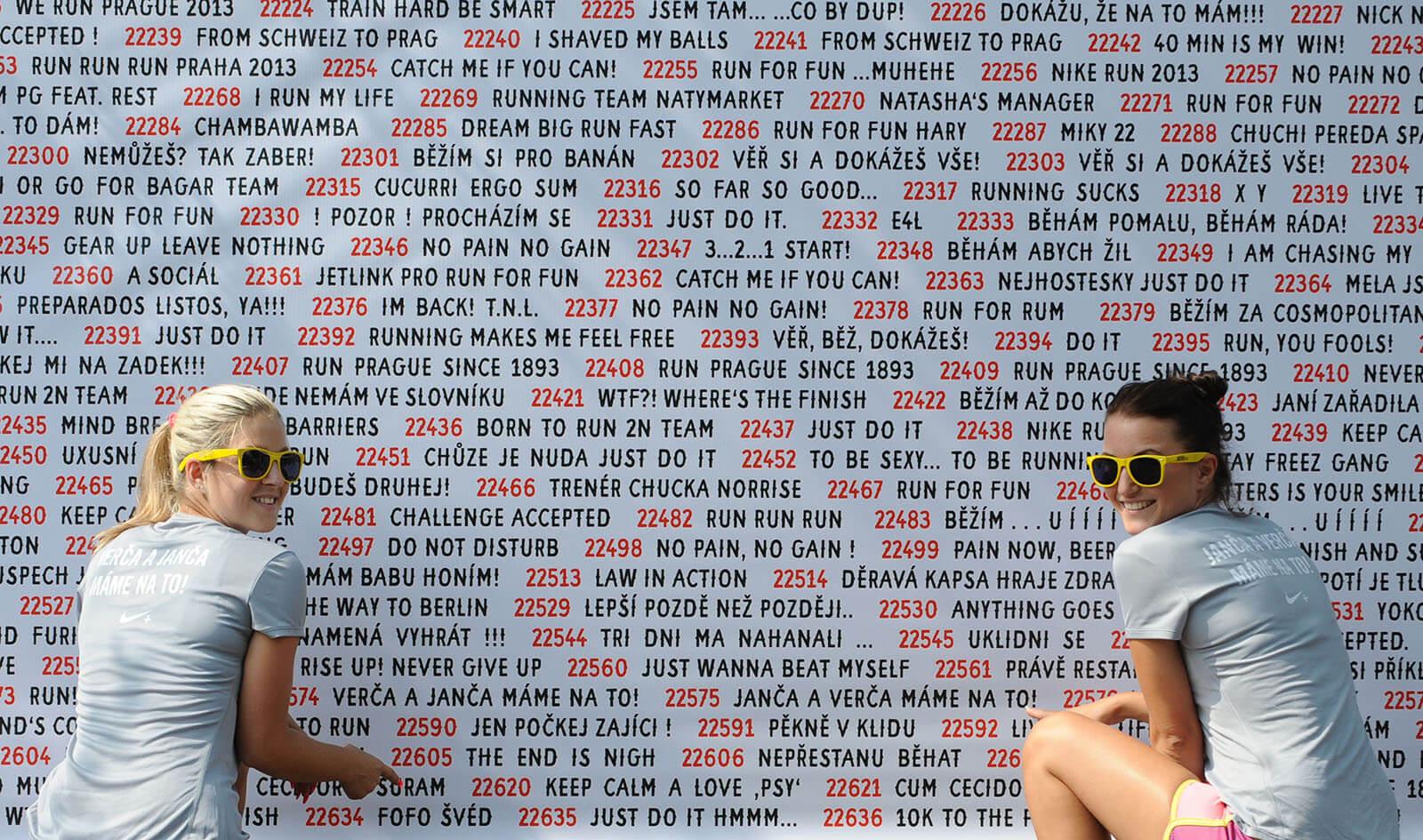 Startovní čísla a slogany běžců