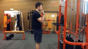 Bicepsový zdvih na kladce vestoje