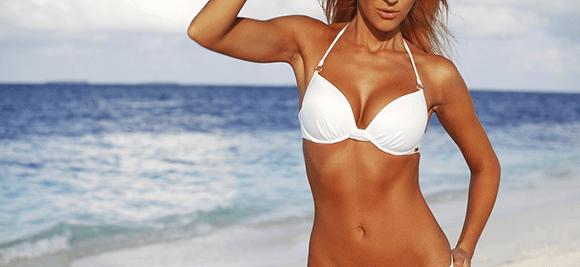 Hubená dívka na pláži