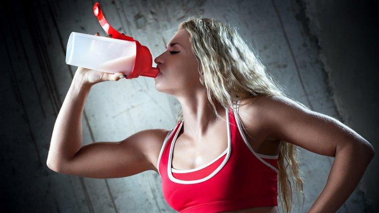 Žena pije protein