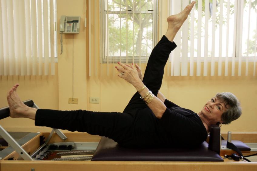 Lolita San Miguel při cvičení na stroji Pilates reformer